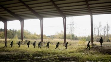 Soldater fra Høvelte Kaserne på øvelse. Lyden og synet af soldater på øvelse nær tre lokaliteter, der huser flygtninge, bringer krigen tæt på i et ellers fredeligt Nordsjælland.