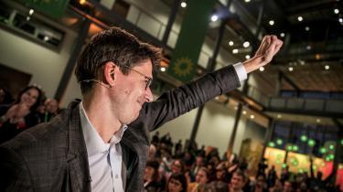 Hollandske Bas Eickhout fejrer den 24. november i Berlin sit valg til spidskandidat for Den Grønne Gruppe i Europa-Parlamentet. Eickhout er uddannet i kemi og miljøvidenskab og er medforfatter til en af de tidligere statusrapporter fra FN's klimapanel IPCC. I denne uge besøgte han København for at tale om en New Green Deal på Europakonferencen 2019.