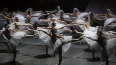 Her er de så, de tilslørede synkronkvinder med de løftede ben i Skyggernes Rige, i Ratmanskys underskønne opsætning af La Bayadère i Berlin.
