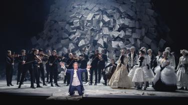 'Amadeus' vil det hele: Ikke bare forene kunstarterne i et totalt trylleri af et teater, men også forene det høje og det lave, være sjovt, seriøst og sørgeligt og, når den skinsyge Salieri vil bruge sin magt til at ødelægge Mozart ved at forføre hans hustru, sende en kommentar til #MeToo.