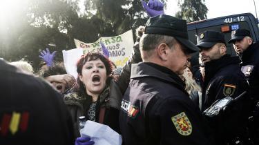 Tusindvis af kvinder var den 15. januar stimlet sammen i Sevilla med lilla flag, bannere og balloner i protest mod det højreradikale parti Vox. Taktfast råbte de: »I mandschauvinister er terrorister.«