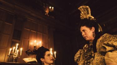 Queen Anne (Olivia Colman) er pattebarnliggjort af livstragedier og hoffets magtliderlige røvslikkeri i Yorgos Lanthimos' gakkede 'The Favourite'.