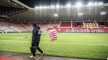 Da fodboldklubben Sunderland røg ud af Premier League og blev sat til salg, inviterede klubben et filmselskab indenfor. Det er der kommet en velfortalt fortælling om fodboldglæde og pengemagt ud af