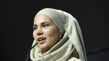 Iman Meskini, der bedre er kendt som Sana fra SKAM, har udgivet en bog, som er en lang instagramtråd om det at bære tørklæde.