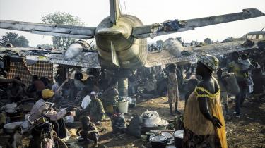 Borgerkrigen i CAR har stået på siden 2013, hvor muslimske oprørere under navnet Seleka, der betyder alliance, erobrede hovedstaden og afsatte præsident Francois Bozizé. I dag kontrolleres 80 procent af landet stadig af bla. tidligere Seleka-militser, som kæmper om landets guld- og diamantminer. På billeder ses en interimistisk lejr ved lufthavnen i udkanten af hovedstaden Bangui, hvor folk, der er blevet fordrevet af Seleka-militsen, opholder sig.