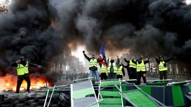 Når De Gule Veste i Frankrig igen i weekenden gik på gaden og sloges mod ordensmagten, så blodet flød, og ilden blussede, så er det ikke, fordi de er forført af »åndelige brandstiftere« som f.eks. Marine Le Pen. Dette er en førerløs revolte nedefra af mennesker, der lider økonomisk, social og politisk nød i et land, hvor præsidenten opleves som de riges beskytter.