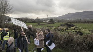 Nogle hundrede irere var mandag samlet der, hvor grænsen mellem Irland og Nordirland skal går, hvis der ikke bliver fundet en løsning på grænseproblemer i forbindelse med briternes udtræden af EU. Demonstranterne frygter, at en genindførelse af grænsen melem Irland og Nordirland vil genoplive volden.