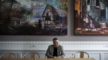 Henrik Sass Larsen foran Jacob Bostrups malerier, som han har bestilt til socialdemokraternes gruppeværelse. »Utilgiveligt«, mener en herligt forarget læserbrevsskribent.
