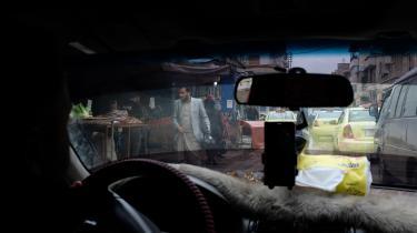 Qamishli er de facto hovedstad i de kurdiskkontrollerede områder af Syrien. En lille by med masser af elkabler hængende alle vegne, små telefonforretninger, luftforurening, falafel- og kyllingerestauranter, men med færre kvinder, der går tildækket.