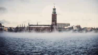 Damp stiger op fra havet i et iskoldt Stockholm. Den svenske hovedstad har beregnet sit CO2-budget og fundet ud af, at der er behov for drastiske reduktioner af CO2-udledningen, hvis byen skal leve op til målene i Parisaftalen.