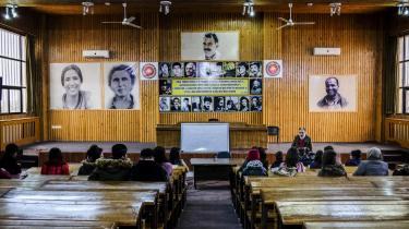 På universitetet iQamishli hænger der store portrætter af AbdullahÖcalan, PKK's leder, der på tyvende år sidder fængslet i en tyrkisk udgave af Alcatraz uden for Istanbuls kyst. Han blev i 1999 sigtet for højforræderi mod den tyrkiske stat.