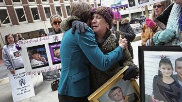 Demonstrationer mod Purdue Pharma foran retsbygningen i Boston tirsdag. Anklager Maura Healey får knus af Paula Haddad, hvis søn døde af opioider 26 år gammel.