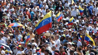Flere tusinde venezuelanere viste lørdag deres støtte til Venezuelas selvudråbte overgangspræsident Juan Guaidó i Caracas' gader. De kræver, at Maduro udskriver nyvalg til præsidentposten, men det har Maduro indtil videre nægtet. Han lover til gengæld at fremrykke valg til parlamentet.