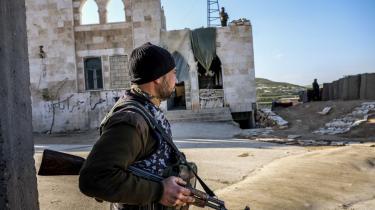 Manbij i det nordlige Syrien kontrolleres af SDF's allierede arabiske militser (billedet). Ligesom de andre ved fronten, ønskede den arabiske kriger på billedet ikke at blive fotograferet forfra.