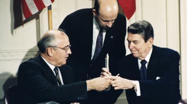 Sovjets lederMikhail Gorbatjov og USA's præsident Ronald Reagan bytter kuglepenne underunderskrivelsesceremonien atomnedrustningsaftalen INF i 1987. I weekenden suspenderedeUSA og senere Rusland aftalen, der forbyder opstilling af kort- og mellemdistanceraketter på land.