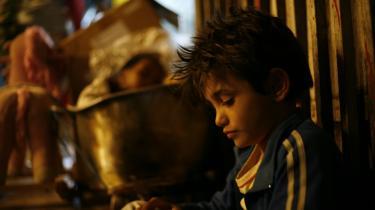Zain Al Rafeea spiller drengen Zain i 'Kapernaum'. Zain Al Rafeea er selv syrisk flygtning. Efter hans medvirken i filmen, fik han og hans familie ophold i Norge.