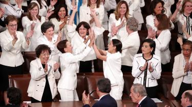 Da præsident Trump nævnte, at flere kvinder end mænd fandt beskæftigelse på USA's arbejdsmarked i 2018, sprang de hvidtklædte demokrater bogstaveligt talt op af stolene.