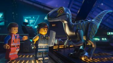 I 'LEGO Filmen 2' er helten Emmets verden blevet invaderet af fremmede fra planeten Duplo.