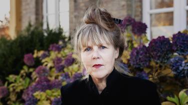 Anna Elisabeth Jessen har skrevet en original roman, der følger en sønderjysk familie gennem 100 årihundrede små kapitler.