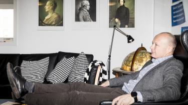 Cepos-direktør ;artin Ågerup i 'Claes Kastholm Lounge & Library' – opkaldt efter den tidligere Ekstra Bladet-redaktør, der døde i 2016. Kastholm var med til at stifte Cepos og sad i bestyrelsen i en årrække. Claes Kastholm var en 'åndsfyrste og fritænker', kan man læse på tænketankens hjemmeside.