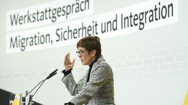 CDU's nye generalsekretær Annegret Kramp-Karrenbauer var klar i spyttet, da hun søndag indledte kristendemokraternes »værkstedssamtaler« med eksperter og partispidser om flygtningekrisen. Merkel glimrede derimod ved sit fravær.