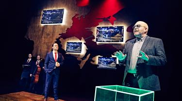 Klaus Bondam indleder valgkampen på Odense Teater i en lidt for overtydelig politisk forestilling om slemme mennesker.