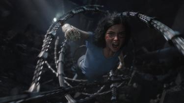 Alita (Rosa Salazar), hovedpersonen i James Cameron og Robert Rodriguez' visuelt bjergtagende 'Alita: Battle Angel' viser sig at have ganske særlige evner, når det kommer til at slås.