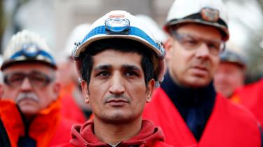 Et af SPD's reformforslag går på, at mindstelønnen skal hæves til 12 euro eller cirka 90 kroner mod knap 70 kroner i timen i dag. Her er arbejdere fra ThyssenKrupp AG gået i strejke for netop at få mere i lønningsposen.