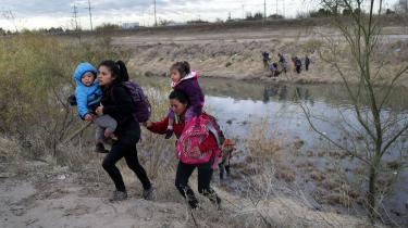 Migranter fra Mellemamerika har netop krydset Rio Grande og er kommet ind i USA, nær El Paso, Texas. Til trods for at kongressen ikke har bevilget penge til en mur, som Trump ønsker, gentog han sit løfte om at bygge muren på et vælgermøde i netop El Paso.