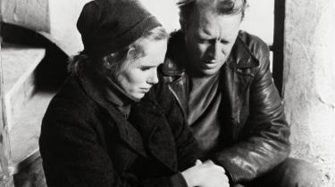 Ingmar Bergmans film 'Skammen' (1968) ender med, at hovedpersonerne er fanget uden håb i en båd midt på havet. Det er et eksempel på både livgivende og forfærdelig trist kunst, mener Robert Appelbaum.