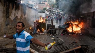 Befolkningen i Venezuelas hovedstad, Caracas, bliver stadig mere splittet, og volden risikerer at eskalere.
