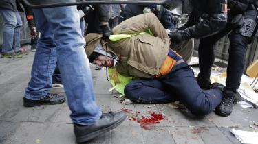 Christophe er en af de demonstranter, som er blevet såret af gummikugler under de voldsomme sammenstød mellem De Gule Veste og politiet. Ifølge politiets skøn tiltrækker De Gule Vestes aktioner stadig flere end 50.000 deltagere over hele Frankrig. I Paris denne lørdag er der 10.000 demonstranter.