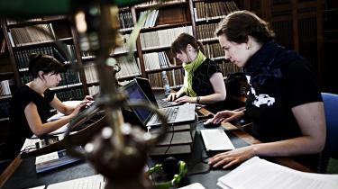 »I Danmark har mediehistorier om studerende, der ikke må bære sombrero, og en lektor i biologi, som ikke må bruge køn i statistikker, ført til heftige diskussioner om, hvorvidt tidens fokus på identitets- og krænkelsespolitik risikerer at give universitetsansatte mundkurv på.« skriverLouise Schou Drivsholm.