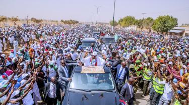Tusindvis af tilhængere af Nigerias præsident, Muhammadu Buhari, fyldt gaderne i Lagos under valgkampen.