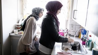 Larma Aslan (th), her i køkkenet med en af sine døtre, har en diskusprolaps og er under behandling i psykiatrien som følge af sine oplevelser med krigen i Syrien. Hun og døtrene kan kun klare sig igennem månedenved at låne penge af den lokale arabiske købmand, som så bliver betalt tilbage, når der kommer børnepenge hver tredje måned.