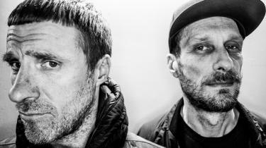 »Med albummet Eton Alive, der er nummer 11 i rækken, er Sleaford Mods tilbage med den gamle, progressive plan om at høvle eliten ned, som ligger så dybt i duoens lyd.« skriverSophia Handler.