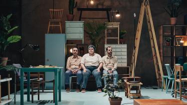 Anders Mossling, Ena Spottag og Nicolai Dahl Hamilton komplementerer med deres forskellighed hinanden som en helt hellig lille treenighed i 'Kunsten at være lykkelig'.