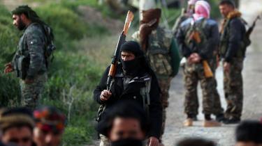 De amerikanskstøttede kurdiskledede Syriske Demokratiske Styrker (SDF) tilbageholder hundredvis af udenlandske IS-jihadister. Trump skrev søndag på Twitter, at Storbritannien, Frankrig, Tyskland og andre europæiske allierede »må tage de over 800 ISIS-krigere tilbage, som vi har fanget i Syrien, og stille dem for retten.« På billedet ses SDF-soldater i Baghuz, hvor de seneste kampe har fundet sted.