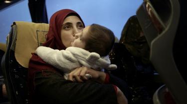 24-årige Nasia Mohamed sidder i bussen, som skal køre hendes familie tilbage til hjemstavnen i Syrien, efter at den har været flygtet til Istanbul i Tyrkiet: »Jeg er glad for at skulle hjem igen. Fremtiden tegner lyst,« siger hun inden afgangen.