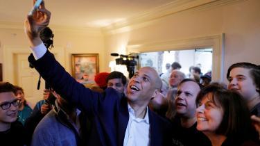 Den demokratiske præsidentkandidat, Cory Booker, tager en selfie med de fremmødte til en kampagne i Rochester, Manchester.