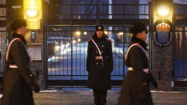 Politiet patuljerer foran den svenske ambassade i Beijing.Sveriges ambassadør i Kina er blevet kaldt til Stockholm efter at have arrangeret et uformelt møde med datteren til den kinesiskfødte svensker Gui Minhai, der drev en boghandel med kinakritiske bøger, og som nu er tilbageholdt af de kinesiske myndigheder.