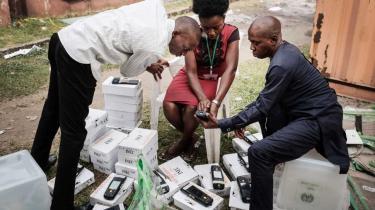 Medarbejdere fra den uafhængige nationale valgkommission (INEC) er i gang med at kontrollere de bærbare vælgerkortaflæsere, som skal bruges ved dagens valg.