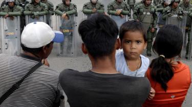 Mennesker, der forsøger at krydse grænsen mellem Brasilien og Venezuela, bliver mødt af velenzuelanske soldater.