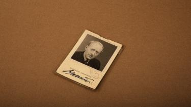 Bertel Schous identitetskort fra tiden som inspektør for det danske flygtningekontor i Stockholm fra 1943 og frem til befrielsen. Hans efterladte papirer nuancerer succesfortællingen om de knap 20.000 danskere, der tog flugten til Sverige under den tyske besættelse.