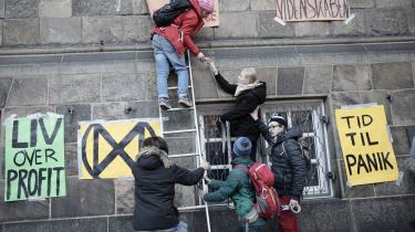 Ingen blev anholdt ved en yderst fredelig civil ulydighedsaktion søndag formiddag, hvor aktivister fra Extinction Rebellion Denmark protesterede mod indsatsen mod klimaforandringer ved at klistre plakater op på Christiansborg og kortvarigt blokere hovedtrappen ind til borgen.