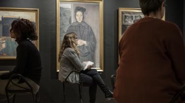 På kunstmuseet Trapholt deltager en gruppe sygemeldte borgere i et kunstterapiforløb arrangeret af Kolding Kommune.