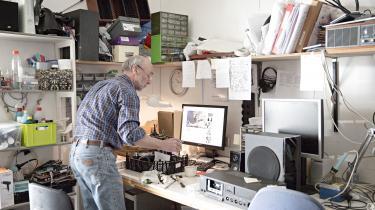 På reparationsværkstedet i Miljø- & Energicentret i Høje Taastrup kan man for billige penge få reparet alt fra symaskiner til fjernsyn af frivillige og folk i fleksjob.