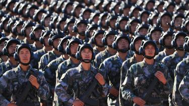 Kinesiske soldater under en militærparade i 2017 i anledning af 90 årsdagen for den kinesiske folkehær. Den kinesiske hør er stadig det største værn målt på militærpersonel, men er blevet reduceret betydeliget og består nu af 915.000 soldater. Derudover råder hæren over 7.400 kampvogne og 10.600 artillerienheder