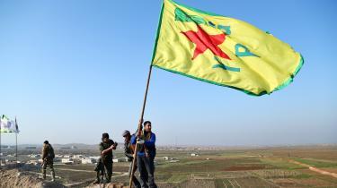 Medlemmer af YPG fejrer deres sejr i Kobane 26. januar 2015. Efter næsten otte års borgerkrig fremstår Syriens kurdere som den befolkningsgruppe, der indtil videre er sluppet billigst fra det morderiske kaos. Efter Donald Trumps udmelding om at trække de amerikanske styrker ud af Syrien er deres fremtid imidlertid uvis.