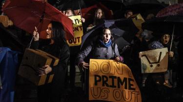 Demonstrationer som denne i november sidste år har været med til at forhindre Amazon i at etablere et hovedkvarter i New York. Protesterne vender sig mod enorme skatterabatter, hemmelige aftaler og udsigt til yderligere opskruning af boligpriserne i byen.